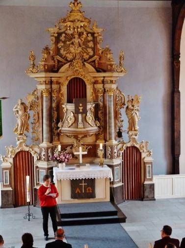 Frau Kröger vor dem Altar